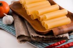 Uncooked cannelloni makaron na tnącej desce i składnikach carpaccio kuchni doskonale stylu życia, jedzenie luksus włoski Fotografia Stock
