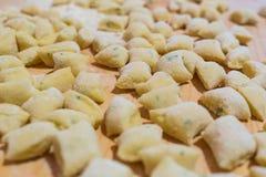 Uncooked domowej roboty gnocchi na tnącej desce - domowej roboty makaron zdjęcie royalty free