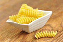 Uncooked fusilli, italiensk pasta, closeup Royaltyfri Foto