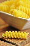 Uncooked fusilli, italiensk pasta, closeup Arkivfoton