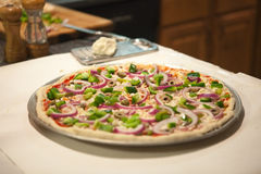 uncooked hemlagad pizza Royaltyfria Foton