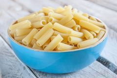 Uncooked macaroni bowl Royalty Free Stock Images