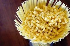 Uncooked makaronu spaghetti makaronu spirala zdjęcia royalty free
