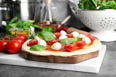 Uncooked pizza z czereśniowymi pomidorami, mozzarella ser Zdjęcia Royalty Free