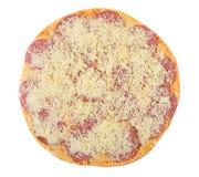 Uncooked pizza z kiełbasą i serem odizolowywającymi na białym backgro Zdjęcia Stock