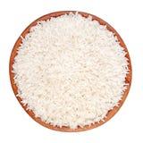 Uncooked ryż w drewnianym pucharze na białym tle Obraz Royalty Free