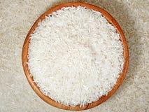 Uncooked ryż w drewnianym pucharze Zdjęcia Royalty Free