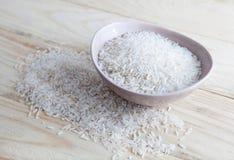 Uncooked ryż w pucharze Zdjęcia Stock