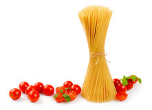 Uncooked spaghetti with tomato and arugula Royalty Free Stock Photography