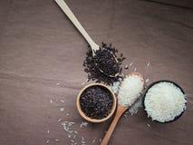 Uncooked Tajlandzki Rice, Białego i brown ryż na, obrazy stock