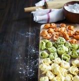 Uncooked tortellini z serem na stole Fotografia Royalty Free