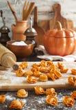 Uncooked tortellini z serem na stole Obrazy Stock