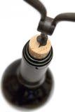 Uncorking eine Wein-Flasche (Draufsicht) Stockfotos