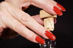 Uncorking um frasco de vinho Fotografia de Stock Royalty Free