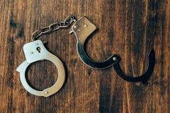 Uncuffed, mão aberta cuffs na mesa de madeira, vista superior imagem de stock royalty free