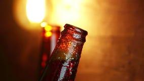 Uncup d'homme une bouteille de bière avec la mousse avec des baisses gelées de glace, sur le fond d'or, l'amusement et la nutriti clips vidéos