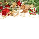 与红色中看不中用的物品und金黄礼物盒的圣诞节装饰 图库摄影