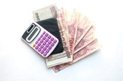 1000 und 100 Bahtbanknoten und -taschenrechner Lizenzfreie Stockfotos