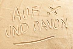 Und Davon del Auf con el aeroplano en la arena de la playa Foto de archivo