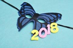 2018 und eine blaue Schmetterlingskarnevalsmaske Stockbilder