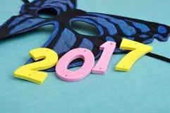 2017 und eine blaue Schmetterlingskarnevalsmaske Stockbild