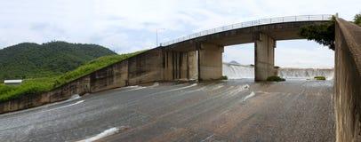 Und eine Brücke über der Entwässerung Lizenzfreies Stockfoto