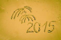 2015 und Feuerwerk gezeichnet in Sand Stockbild