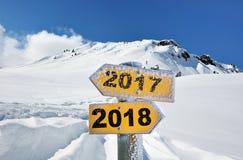 2018 und 2017 geschrieben auf gelben Wegweiser Lizenzfreie Stockbilder