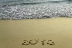 2015 und 2016-jähriges auf dem Sandstrand Stockfoto