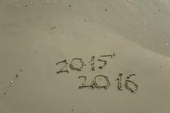 2015 und 2016-jähriges auf dem Sandstrand Stockbilder