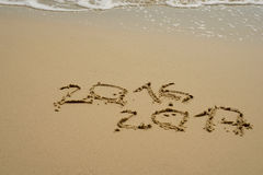 2016 und 2017-jähriges auf dem Sandstrand Lizenzfreies Stockfoto