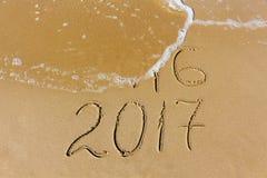2016 und 2017-jähriges geschrieben auf Strandmeer Lizenzfreie Stockfotografie
