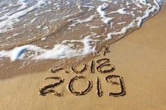 2019, 2018 und 2017 Jahre geschrieben auf Meer des sandigen Strandes lizenzfreies stockbild