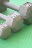 5, 10 und 15 lbs-Handgewichte in Folge Stockbilder