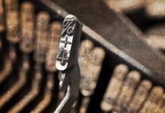 4 und Prozentsatzhammer - alte manuelle Schreibmaschine - warmer Filter Stockbild