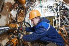 Undeground, das im Tunnel arbeitet Abwasserkanalkollektorinstallation lizenzfreie stockfotografie