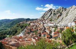 Under av Italien - staden av Pietrapertosa byggde i berget Royaltyfria Bilder