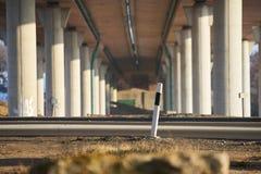 Under bron på en solig dag gata Arkivfoto
