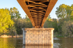 Under bron på floden Royaltyfria Bilder