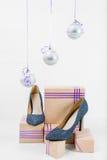 Under de glass bollarna är härliga skor på Arkivbild