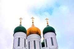 Under den blåa himlen finns det en guld- stad Royaltyfria Bilder