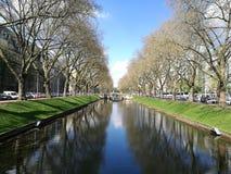 Under den Dusseldorf solen med kanalfloden Royaltyfri Foto
