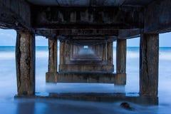 Under den gamla bron för fartygfiske Arkivfoto