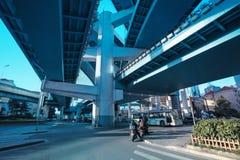 Under den högstämda expresswayen Arkivfoto