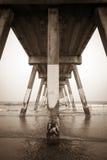Under den konkreta strandpir på den Wrightsville stranden Arkivfoton
