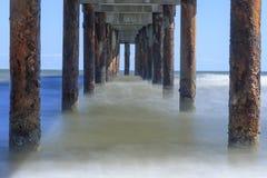 Under den långa exponeringen för pir på den Florida stranden Royaltyfri Fotografi