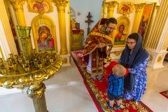 Under den söndag servicen i rysk ortodox kyrka Arkivbilder
