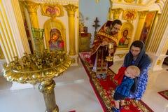 Under den söndag servicen i rysk ortodox kyrka Arkivbild