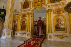 Under den söndag servicen i rysk ortodox kyrka Royaltyfri Foto