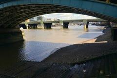 Under den Southwark bron i London Förenade kungariket royaltyfri fotografi